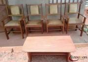 Double pupitre, quatre chaises et un guéridon